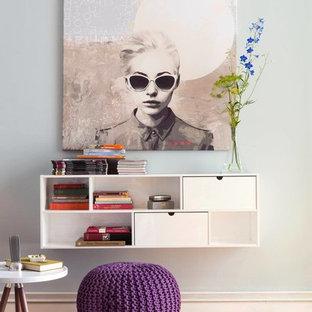 Idéer för små funkis vardagsrum, med blå väggar och mellanmörkt trägolv