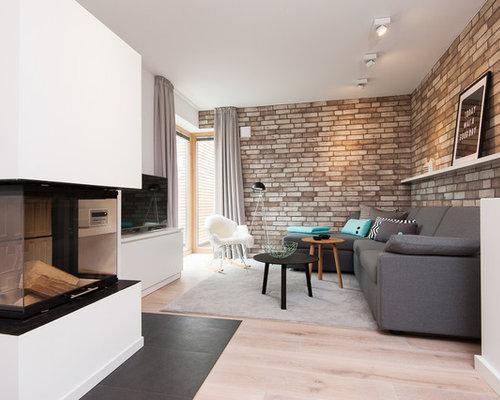 Mittelgrosse Offene Nordische Wohnzimmer Mit Weisser Wandfarbe Hellem Holzboden Kaminsims Aus Metall