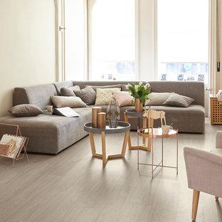 Mittelgroßes Skandinavisches Wohnzimmer Mit Beiger Wandfarbe Und Hellem  Holzboden In Dresden