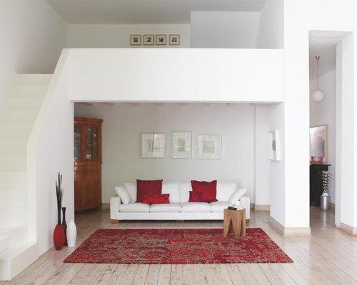 Kleines, Offenes, Fernseherloses Modernes Wohnzimmer Ohne Kamin Mit Weißer  Wandfarbe Und Gebeiztem Holzboden In