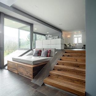 Großes, Fernseherloses, Offenes Modernes Wohnzimmer ohne Kamin mit braunem Boden und weißer Wandfarbe