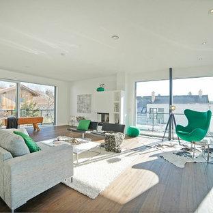 Großes, Fernseherloses, Abgetrenntes Modernes Wohnzimmer mit weißer Wandfarbe, braunem Holzboden, Eckkamin, verputzter Kaminumrandung und braunem Boden in München