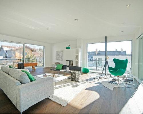 Großes, Fernseherloses, Abgetrenntes Modernes Wohnzimmer Mit Weißer  Wandfarbe, Braunem Holzboden, Eckkamin,
