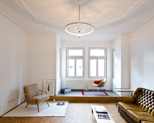 Abgetrenntes, Mittelgroßes Eklektisches Wohnzimmer Mit Weißer Wandfarbe Und  Braunem Holzboden In Stuttgart