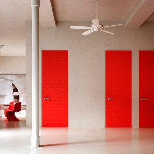 Стильный дизайн: большая открытая гостиная комната в стиле модернизм с разноцветными стенами, бетонным полом и бежевым полом без камина, ТВ - последний тренд