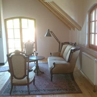 Ejemplo de sala de estar con rincón musical abierta, campestre, pequeña, con paredes multicolor, suelo de madera clara, estufa de leña, marco de chimenea de piedra y suelo amarillo
