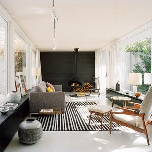 Idéer för stora skandinaviska separata vardagsrum, med svarta väggar, en hängande öppen spis och en spiselkrans i metall