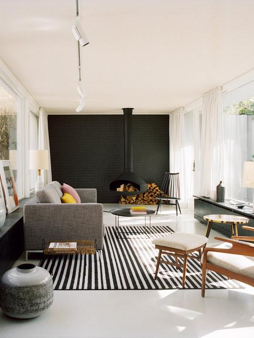 Salon avec chemin e suspendue et un mur noir photos et for Mur noir dans salon