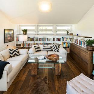 Offenes Modernes Wohnzimmer mit weißer Wandfarbe, dunklem Holzboden, braunem Boden und gewölbter Decke in Sonstige