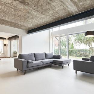 Idee per un ampio soggiorno industriale aperto con pareti bianche e pavimento in linoleum