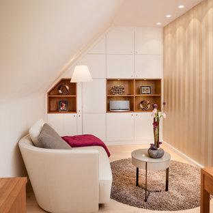 Mittelgroßes, Fernseherloses, Abgetrenntes Modernes Wohnzimmer mit weißer Wandfarbe, hellem Holzboden und beigem Boden in Köln