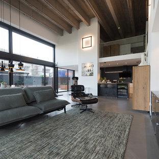 Großes, Offenes Industrial Wohnzimmer ohne Kamin mit weißer Wandfarbe, Betonboden, Wand-TV und grauem Boden in Sonstige