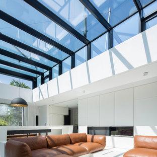 Mittelgroßes, Offenes Modernes Wohnzimmer mit weißer Wandfarbe und weißem Boden in Hamburg
