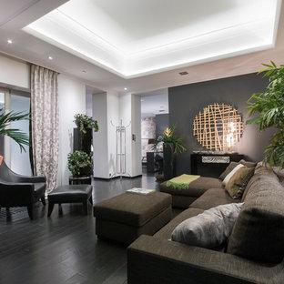 Idee per un piccolo soggiorno design aperto con pareti grigie, parquet scuro, pavimento nero, sala formale, nessun camino e nessuna TV