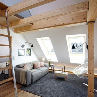 Idee per un piccolo soggiorno design con pareti bianche, pavimento in legno massello medio e nessun camino