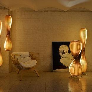 他の地域の大きいインダストリアルスタイルのおしゃれなリビング (茶色い壁、コンクリートの床、薪ストーブ、コンクリートの暖炉まわり、テレビなし、茶色い床) の写真