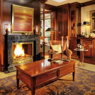 Repräsentatives, Abgetrenntes Klassisches Wohnzimmer mit beiger Wandfarbe, Teppichboden, Kamin, Kaminsims aus Stein und gelbem Boden in Sonstige