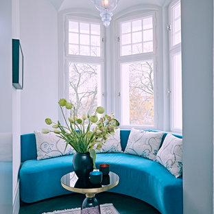 Kleines, Fernseherloses, Abgetrenntes Modernes Wohnzimmer ohne Kamin mit weißer Wandfarbe in Berlin
