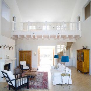 Großes, Offenes Country Wohnzimmer Mit Weißer Wandfarbe, Hellem Holzboden  Und Kamin In Berlin