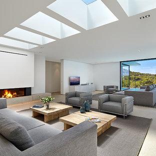 Imagen de salón para visitas abierto, contemporáneo, extra grande, con paredes blancas, chimenea tradicional y pared multimedia