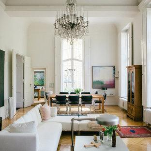 Großes, Abgetrenntes Modernes Wohnzimmer mit weißer Wandfarbe und braunem Holzboden in Berlin