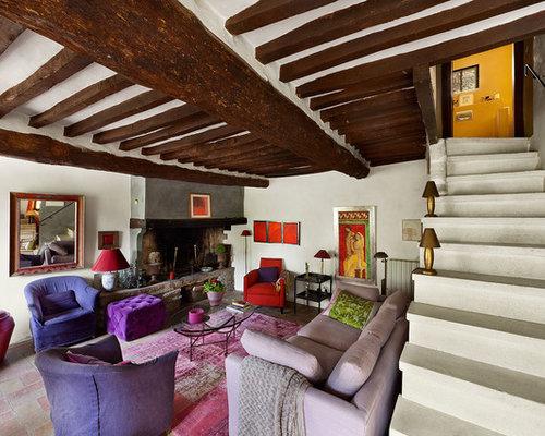 Großes, Repräsentatives, Fernseherloses, Offenes Modernes Wohnzimmer Mit  Weißer Wandfarbe, Terrakottaboden Und Kamin
