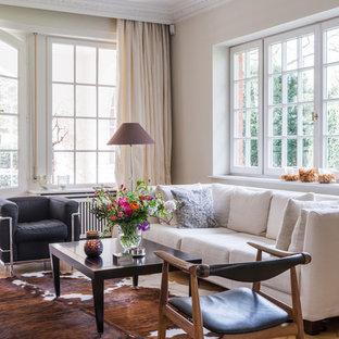 Mittelgroßes, Fernseherloses, Abgetrenntes Klassisches Wohnzimmer ohne Kamin mit beiger Wandfarbe, braunem Holzboden und braunem Boden in Hamburg