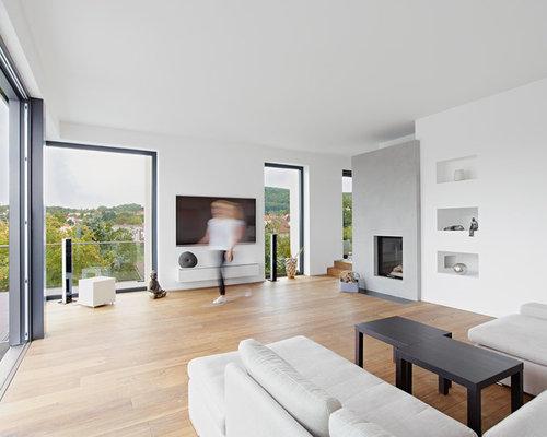 Großes, Abgetrenntes Modernes Wohnzimmer Mit Weißer Wandfarbe, Wand TV,  Kamin, Braunem