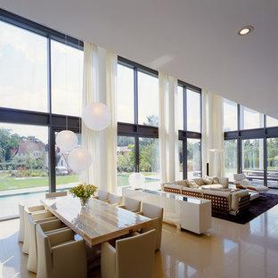 Geräumiges, Offenes Modernes Wohnzimmer Mit Weißer Wandfarbe In Bremen