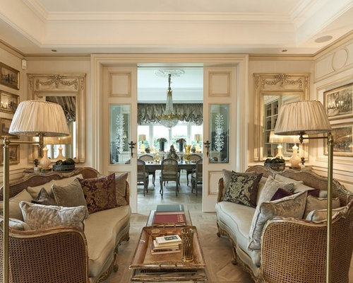 Abgetrenntes, Mittelgroßes Klassisches Wohnzimmer Mit Beiger Wandfarbe Und  Hellem Holzboden In Sonstige