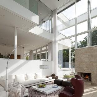 Offenes Modernes Wohnzimmer Mit Weißer Wandfarbe, Hellem Holzboden, Kamin  Und Kaminsims Aus Stein In