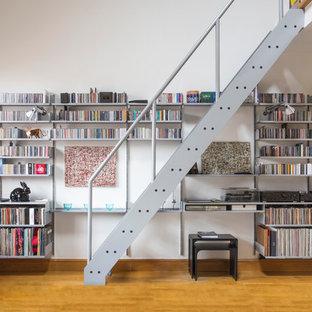 Idee per un soggiorno design di medie dimensioni e aperto con pareti bianche, pavimento in legno massello medio, nessun camino e nessuna TV
