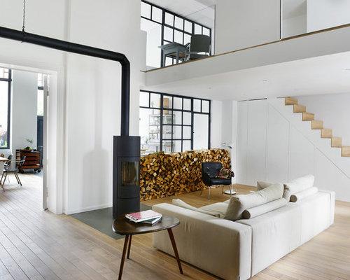 Fernseherloses, Mittelgroßes Nordisches Wohnzimmer Mit Weißer Wandfarbe,  Hellem Holzboden Und Kaminofen In Berlin