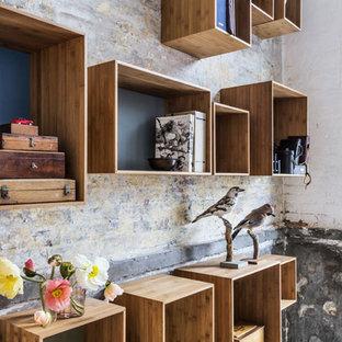 Geräumiges, Offenes Nordisches Wohnzimmer mit Hausbar, brauner Wandfarbe, hellem Holzboden, Kaminofen, gefliester Kaminumrandung, Multimediawand und lila Boden in Sonstige