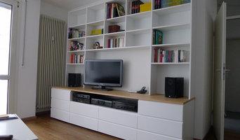 Weiße Wohnwand mit Regal und Schubladen