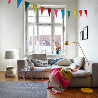 Kleines Modernes Wohnzimmer mit weißer Wandfarbe und braunem Holzboden in München