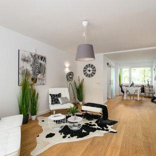 Mittelgroßes, Offenes Klassisches Wohnzimmer mit weißer Wandfarbe, braunem Holzboden und braunem Boden in München