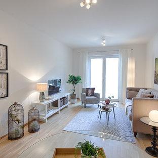 Mittelgroßes, Abgetrenntes Modernes Wohnzimmer ohne Kamin mit weißer Wandfarbe, Laminat, freistehendem TV und beigem Boden in Hannover