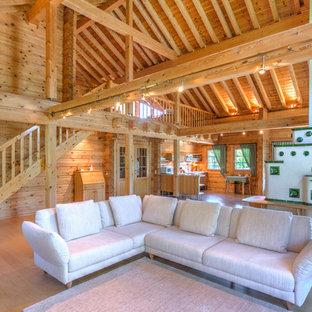 Hochwertig Offenes, Großes Uriges Wohnzimmer Mit Brauner Wandfarbe Und Hellem  Holzboden In Sonstige