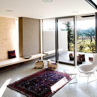 Mittelgroßes, Abgetrenntes, Fernseherloses Modernes Wohnzimmer mit brauner Wandfarbe in Bremen