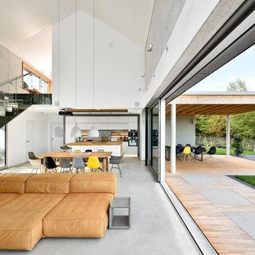 Wohnbereich mit fließendem Innen -und Außenbereich, überdachte Terrasse
