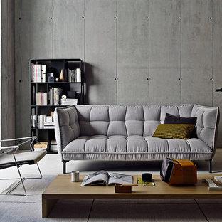 Immagine di un piccolo soggiorno industriale chiuso con pareti grigie, pavimento in bambù, nessun camino, nessuna TV e pavimento beige