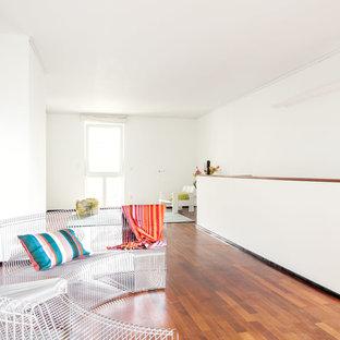 Großes, Repräsentatives, Fernseherloses Skandinavisches Wohnzimmer ohne Kamin, im Loft-Stil mit weißer Wandfarbe, dunklem Holzboden und braunem Boden in Düsseldorf