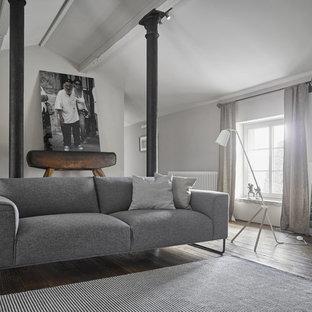 Abgetrenntes, Mittelgroßes Nordisches Wohnzimmer mit grauer Wandfarbe und dunklem Holzboden in Dresden