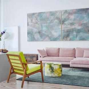 Fernseherloses, Mittelgroßes Modernes Wohnzimmer ohne Kamin mit weißer Wandfarbe, hellem Holzboden und braunem Boden in Düsseldorf