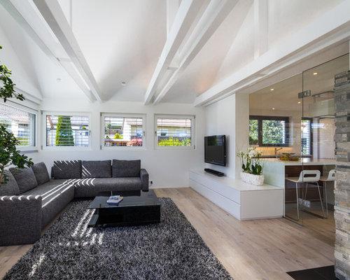 Großes, Abgetrenntes Modernes Wohnzimmer Mit Weißer Wandfarbe, Hellem  Holzboden, Kamin, Kaminsims Aus