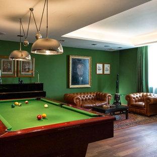 Esempio di un soggiorno classico con sala giochi, pareti verdi e pavimento in legno massello medio