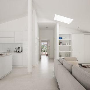 Großes Modernes Wohnzimmer ohne Kamin, im Loft-Stil mit weißer Wandfarbe und weißem Boden in Stuttgart