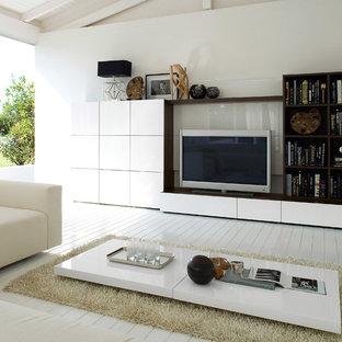 Großes, Abgetrenntes Modernes Wohnzimmer mit weißer Wandfarbe, hellem Holzboden und Multimediawand in Essen