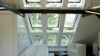 Wohnraum mit hohen Dachflächenfenstern